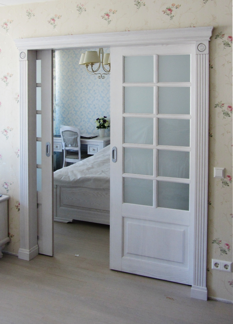 Stumdomos medinio rėmo durys į miegamąjį